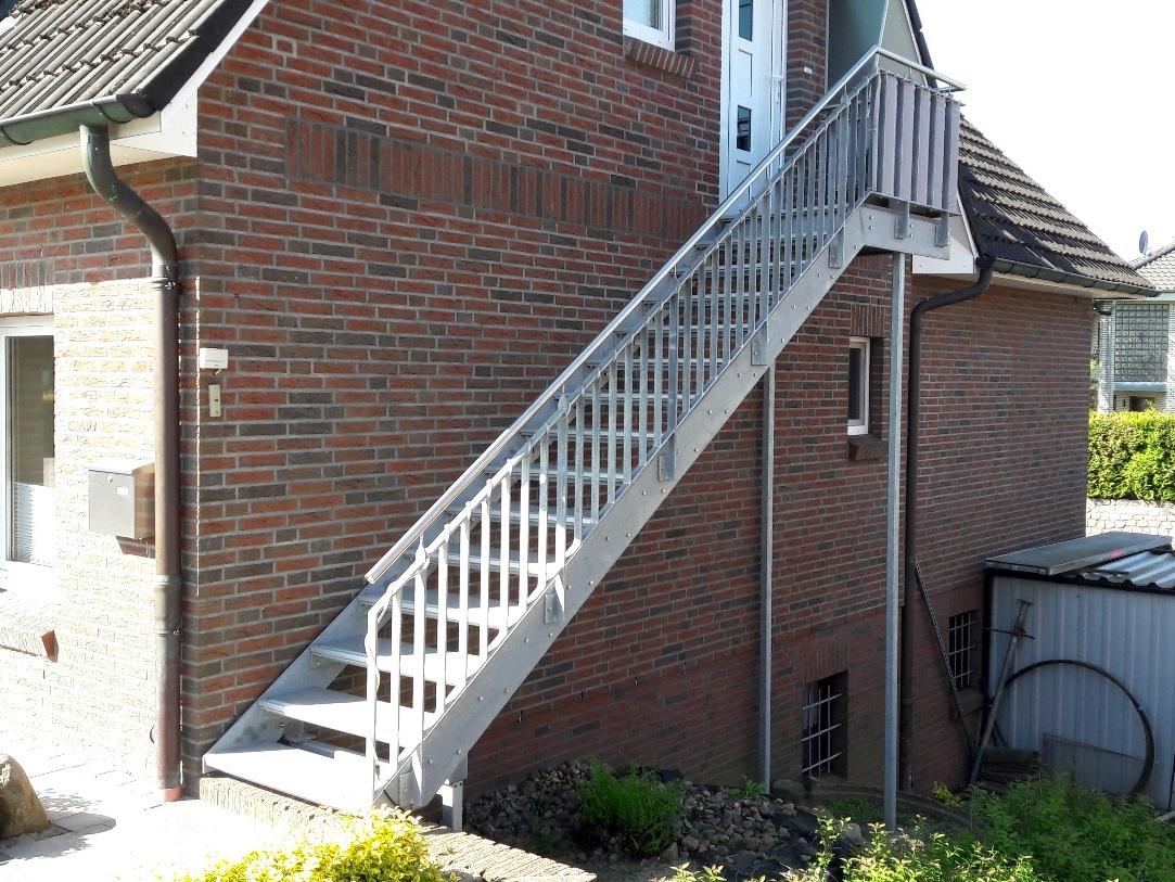 Zugangstreppe zu Dachgeschosswohnung mit Edelstahlhandlauf