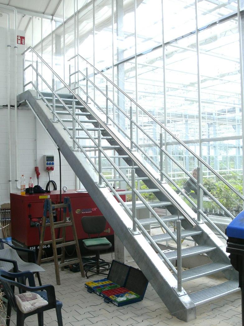 Stahltreppe mit Gitterroststufen und Edelstahlhandlauf im Gartenbaubetrieb