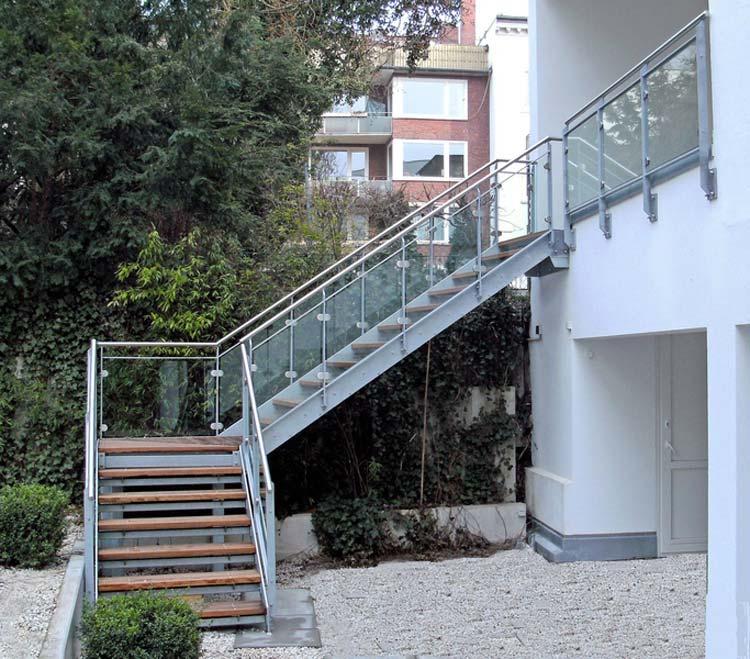 Stahltreppe mit Bankirai-Holzstufen, Geländer mit Glasfüllung und Edelstahl-Handlauf