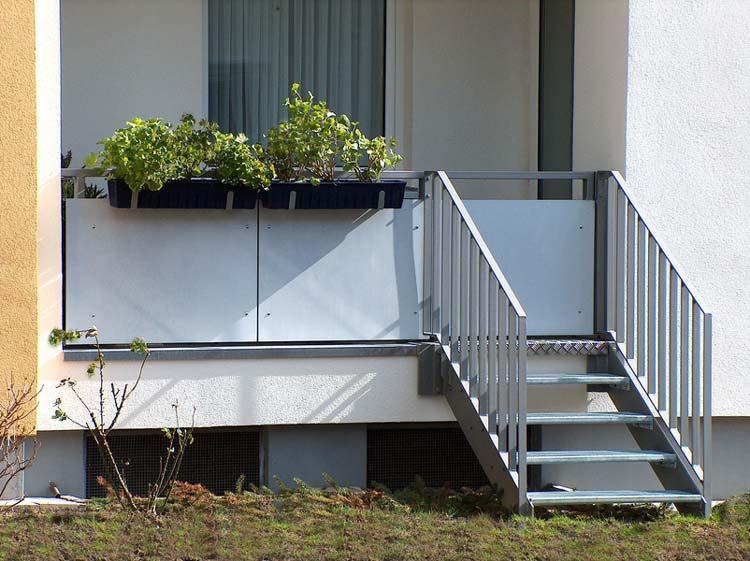 Gartentreppe mit Gitterroststufen und Stabgeländer, inkl. integrierter Pforte im Geländer