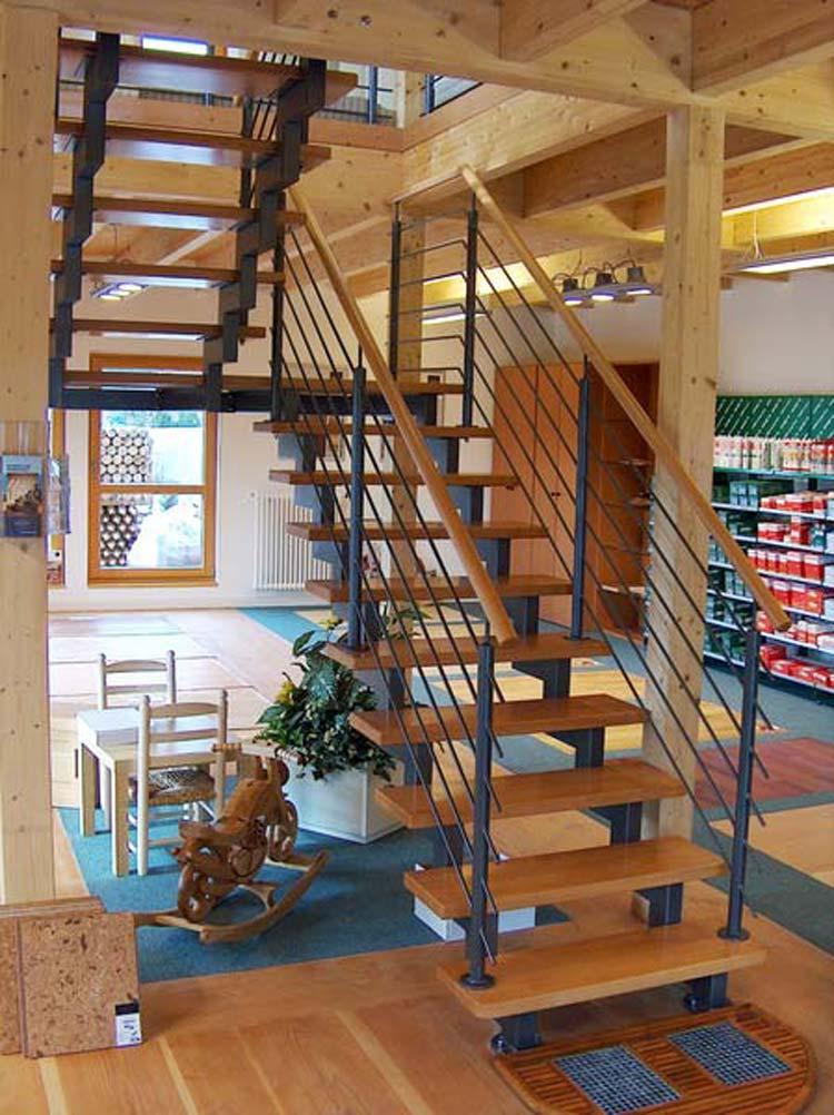 Tragholme aus Rechteckrohr, Holzstufen kombiniert mit der Geländerverankerung