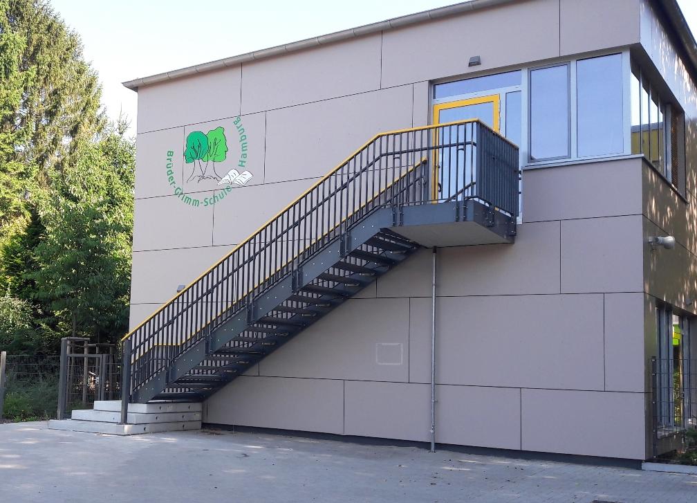 Fluchttreppe mit farblich abgesetztem Handlauf für Schulneubau